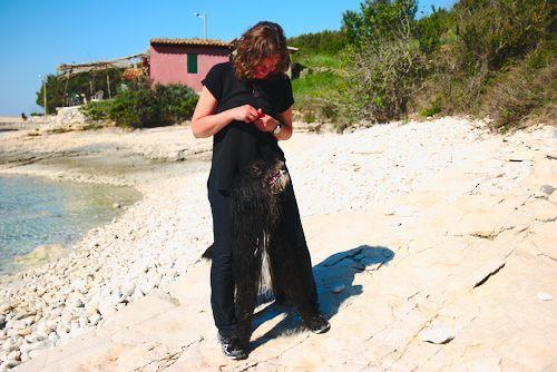 hund steht mit vorderpfoten auf den fueßen des mannes